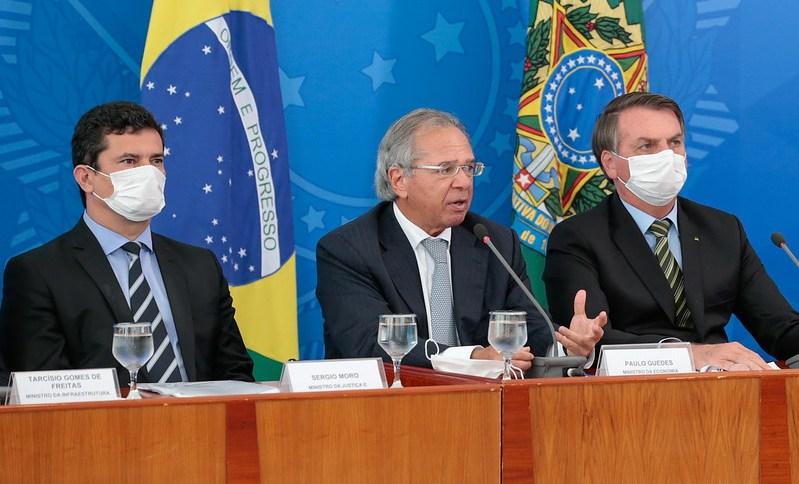 Os ministros Sérgio Moro e Paulo Guedes e o presidente Jair Bolsonaro; Coronavírus deve fazer o Brasil voltar a recessão após três anos com a economia andando de lado