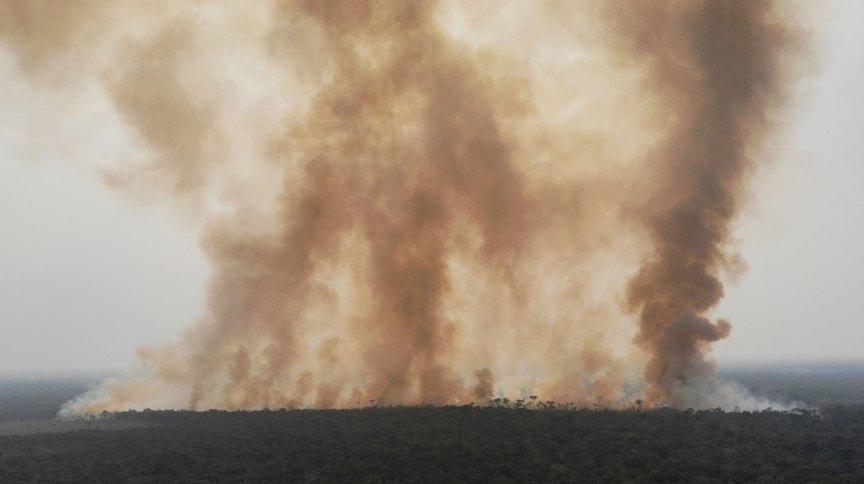 Fumaça de incêndio na floresta amazônica perto de Humaitá, no Amazonas