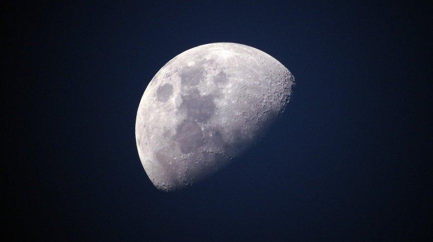 Lua no céu noturno