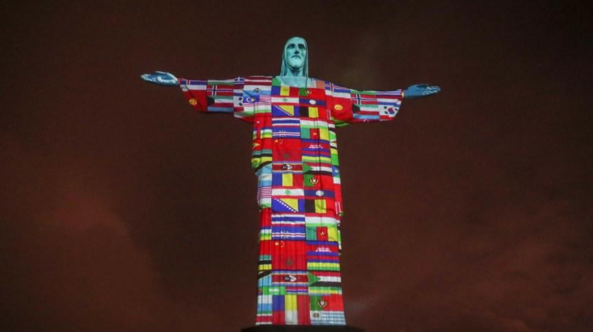 O Santuário Cristo Redentor, na zona sul do Rio de Janeiro, projetou as bandeiras de países com casos do novo coronavírus no monumento ao Cristo Redentor, em uma noite de intercessão pelos milhares de enfermos em todo o mundo (19.mar.2020)