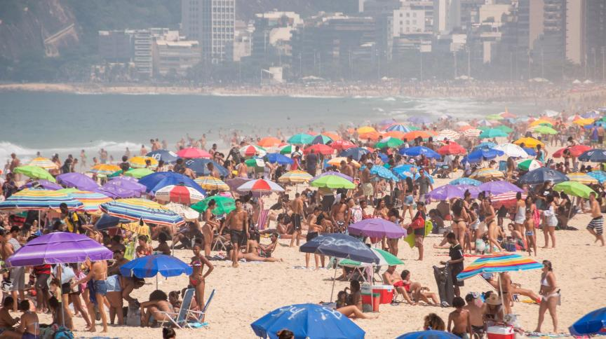 Praia de Ipanema cheia neste sábado (12): muitas pessoas não utilizaram máscaras