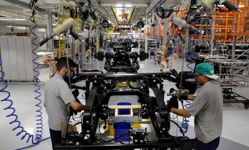 Trabalhadores em linha de montagem de caminhões em fábrica da Mercedes Benz em São Bernardo do Campo, Brasil: setor industrial foi o que menos investiu em inovação (27.mar.2018)