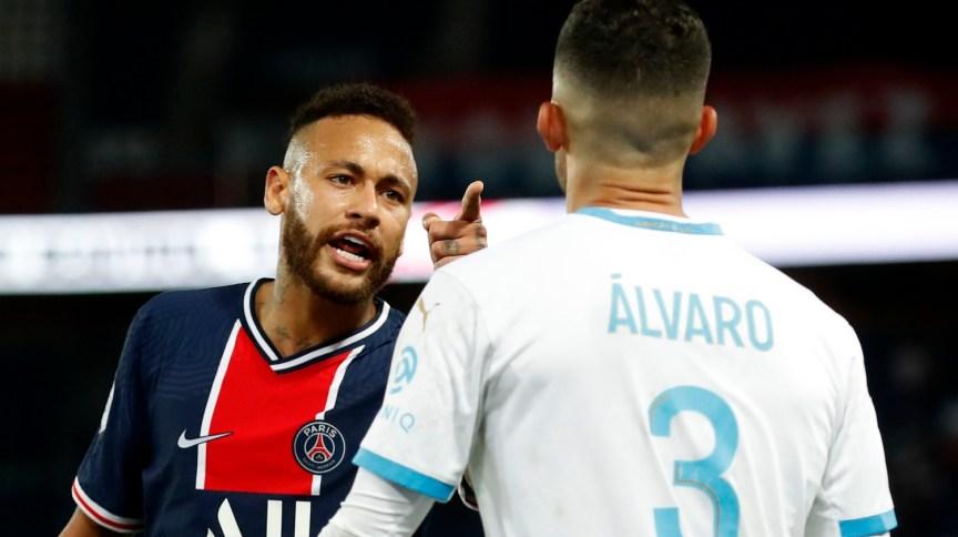 Neymar discute com Alvaro Gonzalez durante partida do Campeonato Francês