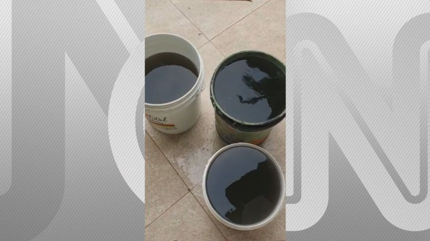 Água com coloração escura foi coletada por moradores no Rio Grande do Sul