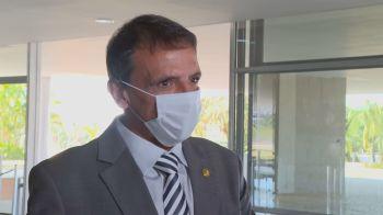 Anúncio do senador foi feito um dia após o presidente cancelar a criação do Renda Brasil