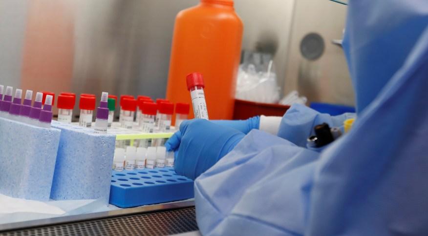 Testes de medicamentos contra o COVID-19 em um laboratório na cidade de Lake Success, em Nova York