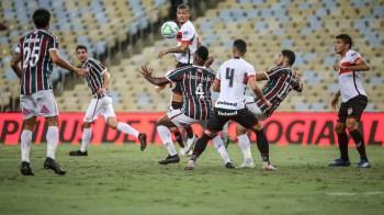 Flamengo e Fluminense, concessionários do estádio, criticavam o mau estado da grama, muito afetada pelo clima