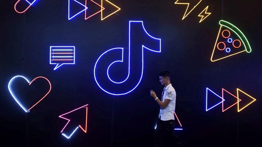 Homem passa em frente de anúncio do aplicativo TikTok, na China