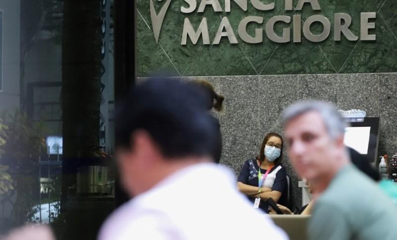 Mulher usa máscara de proteção no hospital Sancta Maggiore, em São Paulo, onde foram registradas mortes por coronavírus