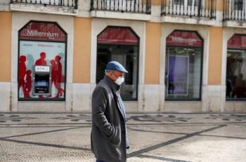 """Uso de máscara permanece sendo obrigatório em locais fechados; país recomenda que pessoas """"vulneráveis"""" continuem usando item nas ruas"""