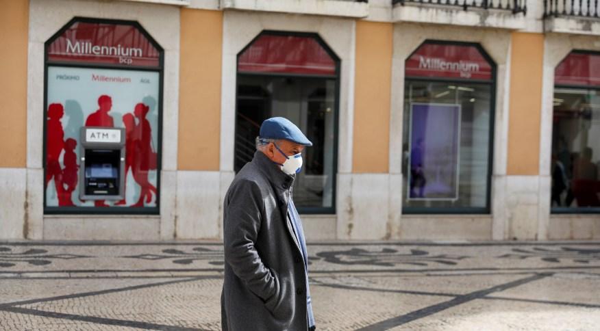 Homem de máscara para prevenir contágio pelo novo coronavírus em Lisboa, capital de Portugal
