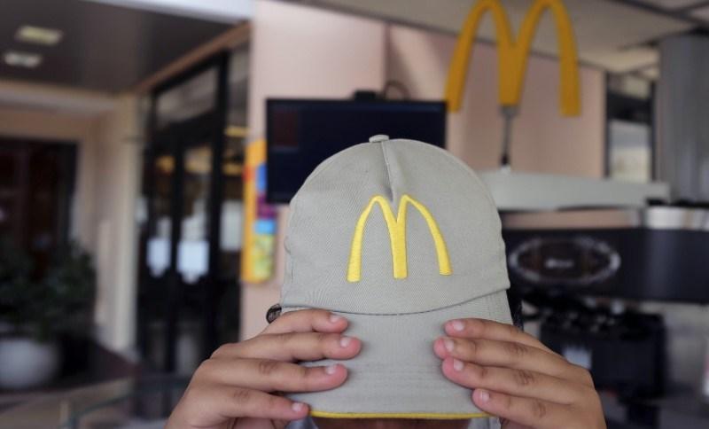 Funcionária em unidade do McDonald's em São Paulo