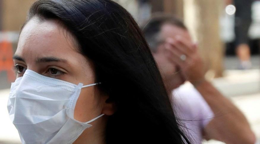 Mulher usa máscara em Porto Alegre durante pandemia do novo coronavírus
