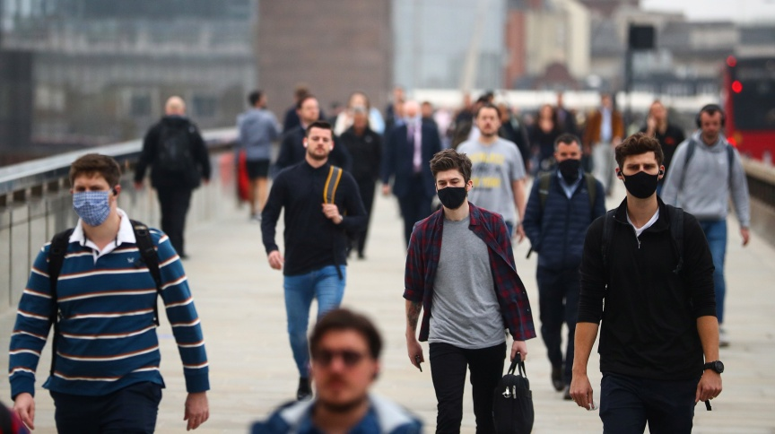 Pessoas caminham de máscaras pelas ruas no Reino Unido