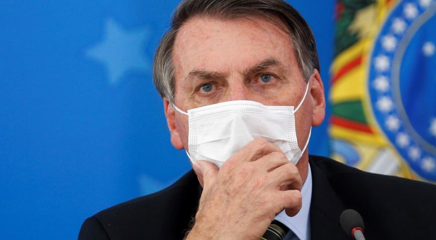Bolsonaro usa máscara durante coletiva em Brasília sobre medidas para controlar a disseminação do novo coronavírus no país