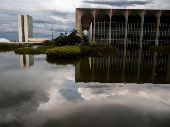 Senadores esperam conseguir olhar os documentos antes de inquirir Ernesto Araújo, que depõe nesta terça
