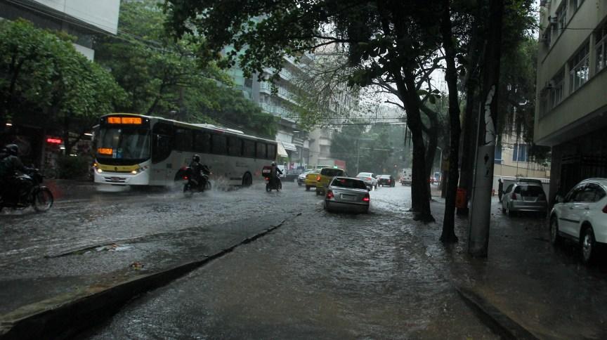Alagamento na zona sul do Rio de Janeiro após temporal