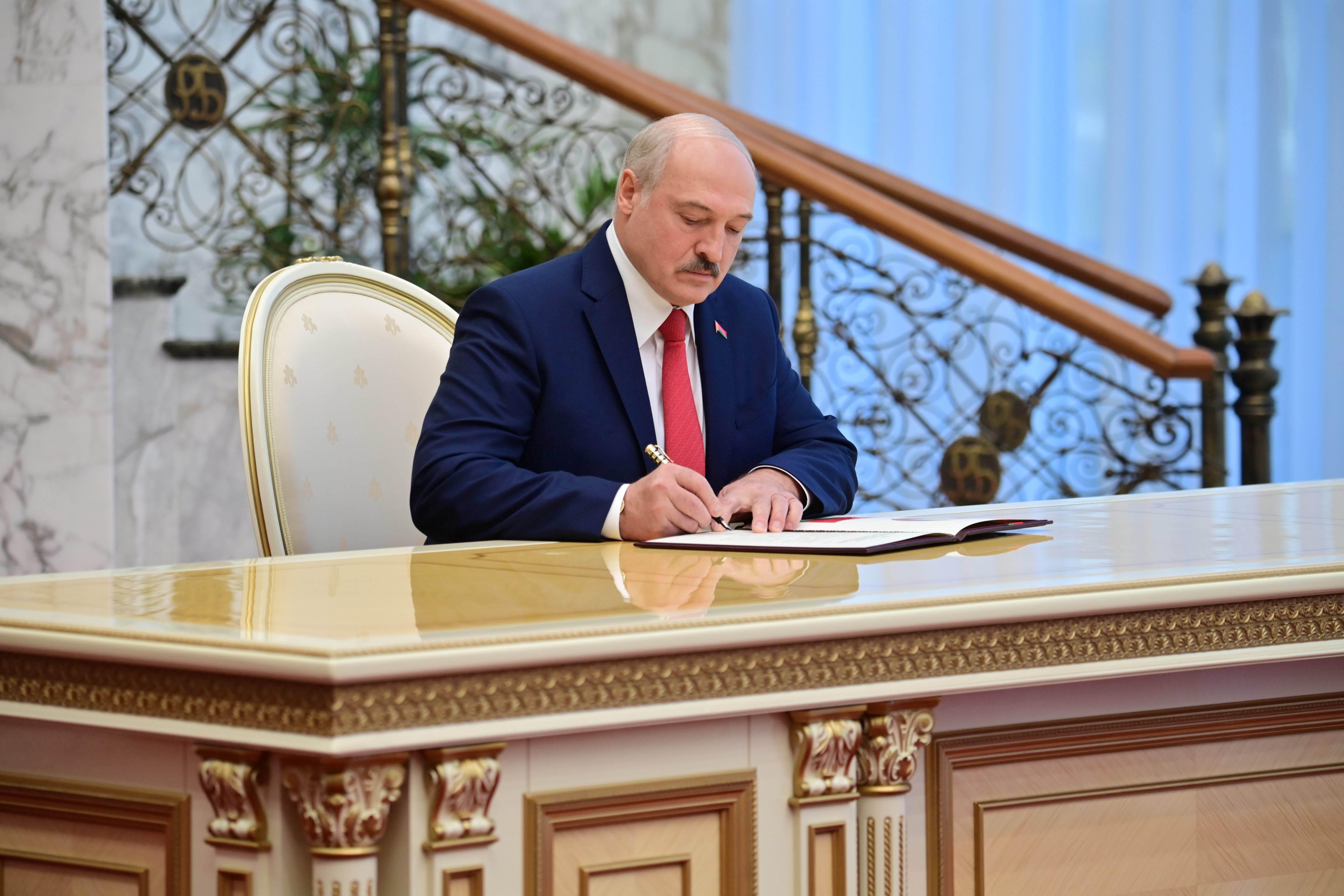 Alexander Lukashenko assina documento durante cerimônia de posse em Belarus