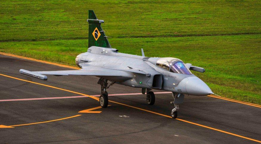 O caça Gripen antes do primeiro voo de testes no espaço aéreo brasileiro