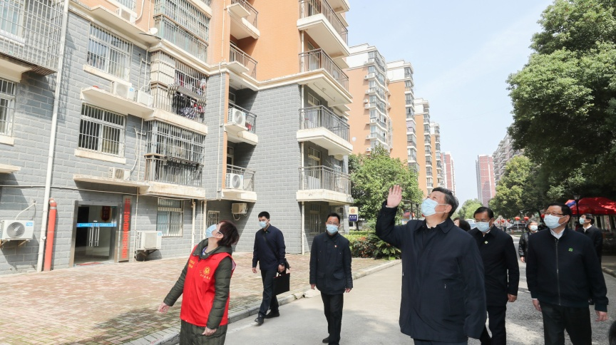 Presidente da China, Xi Jinping, acena para moradores de Wuhan; cidade retoma aos poucos suas atividades