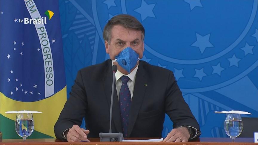 Bolsonaro fala sobre as medidas do governo para conter o novo coronavírus