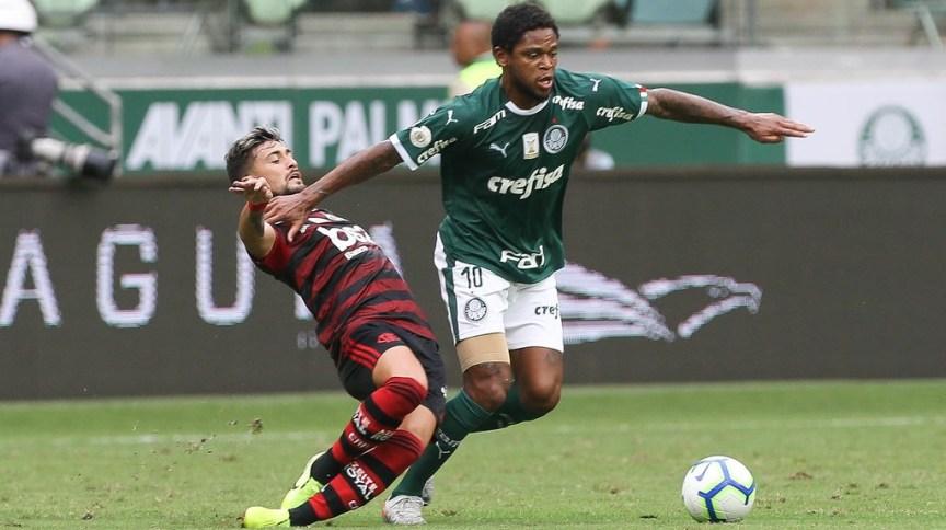 Luiz Adriano, do Palmeiras, disputa bola com De Arrascaeta, do Flamengo, durante partida válida pelo Campeonato Brasileiro 2019