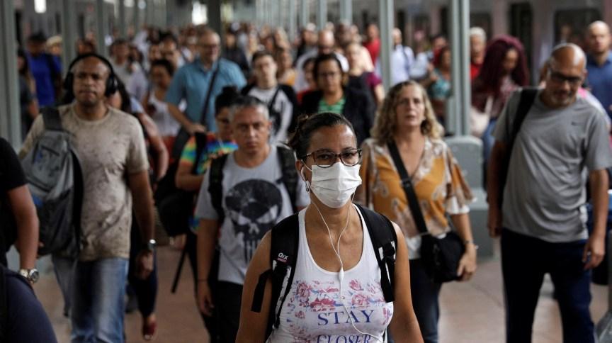 Mulher usa máscara de proteção na Central do Brasil, no centro do Rio