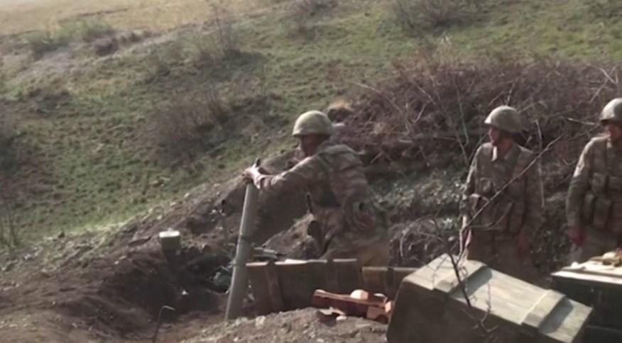 Soldados do Azerbaijão disparam morteiro