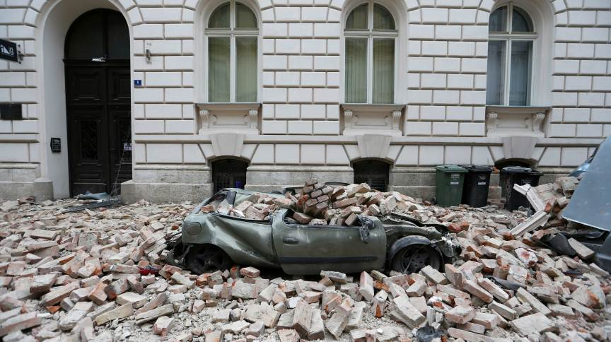 Carro soterrado por entulho após forte terremoto em Zagreb, Croácia