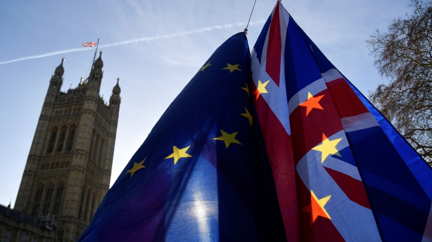 Bandeiras da UE e do Reino Unido durante protesto anti-Brexit na frente do Parlamento britânico, em Londres