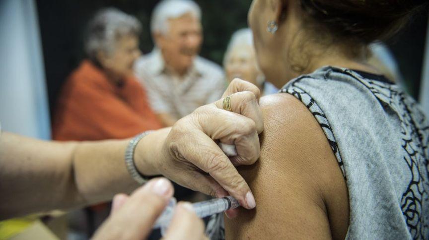 A vacinação é uma das formas de facilitar o diagnóstico dos casos suspeitos do novo coronavírus, pois a gripe e a covid-19 têm sintomas semelhantes.