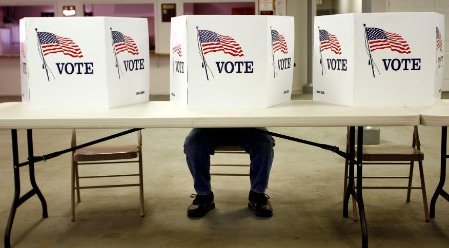 Cidadão norte-americano comparece a local de votação em Flushing, Ohio
