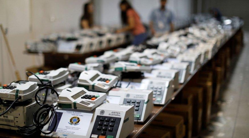 Urnas eletrônicas são preparadas para as eleições no Brasil