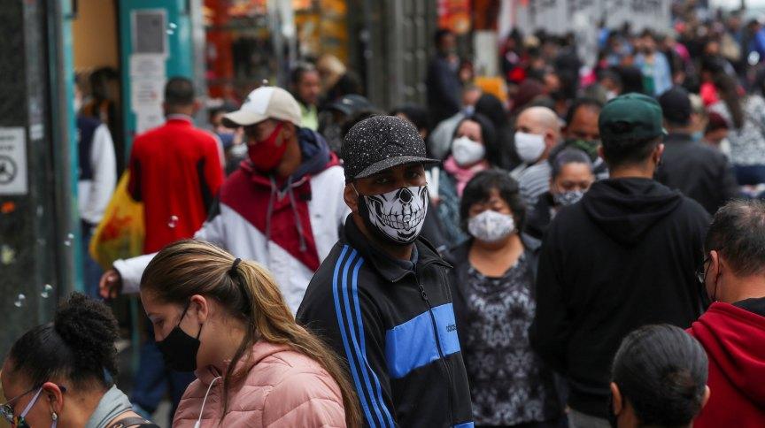 Movimento em rua comercial de São Paulo durante pandemia da Covid-19