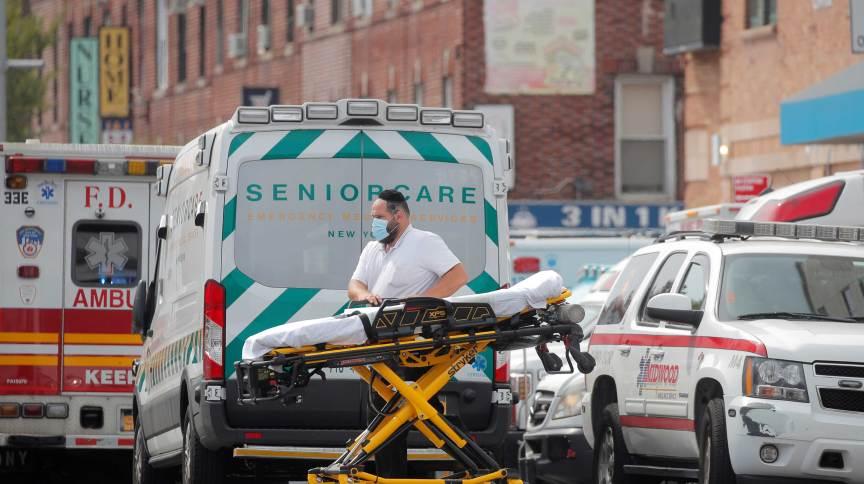 Fila de ambulâncias do lado de fora de hospital em Nova York