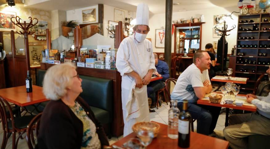Chefe de restaurante em Paris conversa com clientes