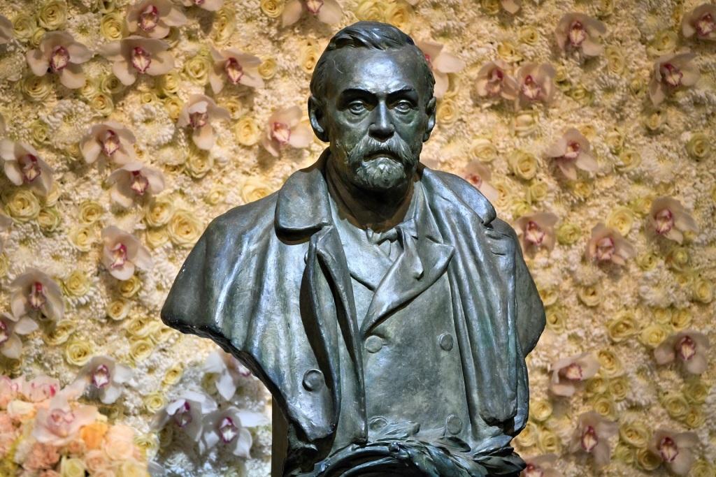 Busto de bronze de Alfred Nobel, em Estocolmo
