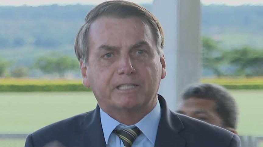 O presidente Jair Bolsonaro fala a jornalistas sobre MP e coronavírus