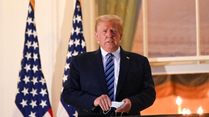 O presidente dos EUA, Donald Trump, tira máscara ao retornar à Casa Branca após internação por Covid-19