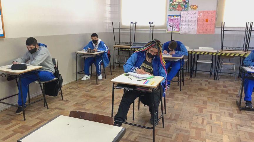 Alunos em sala de aula com distanciamento