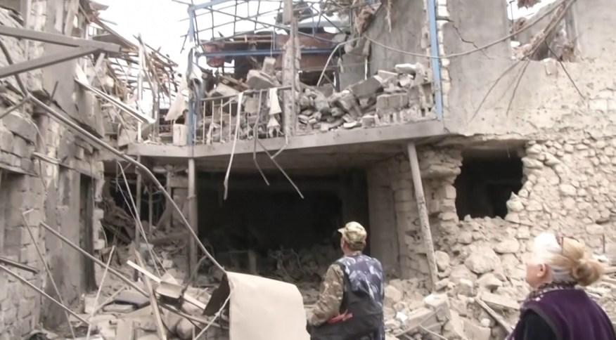 Moradores de Stepanakert, no Azerbaijão, caminham em meio a escombros deixados por conflito com Armênia