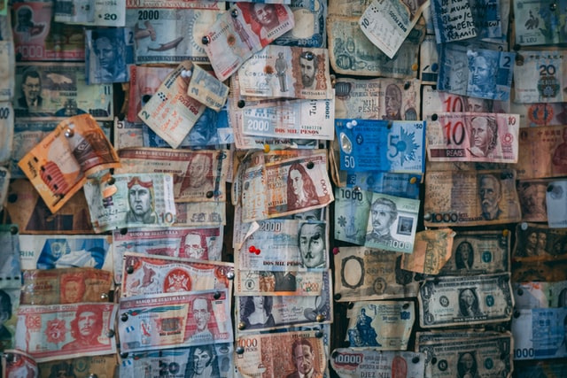 Mural com notas de dinheiro de diferentes países