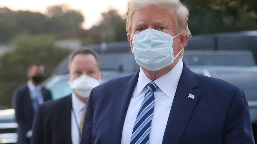 O presidente dos Estados Unidos, Donald Trump, usa máscara após ter alta de hospital