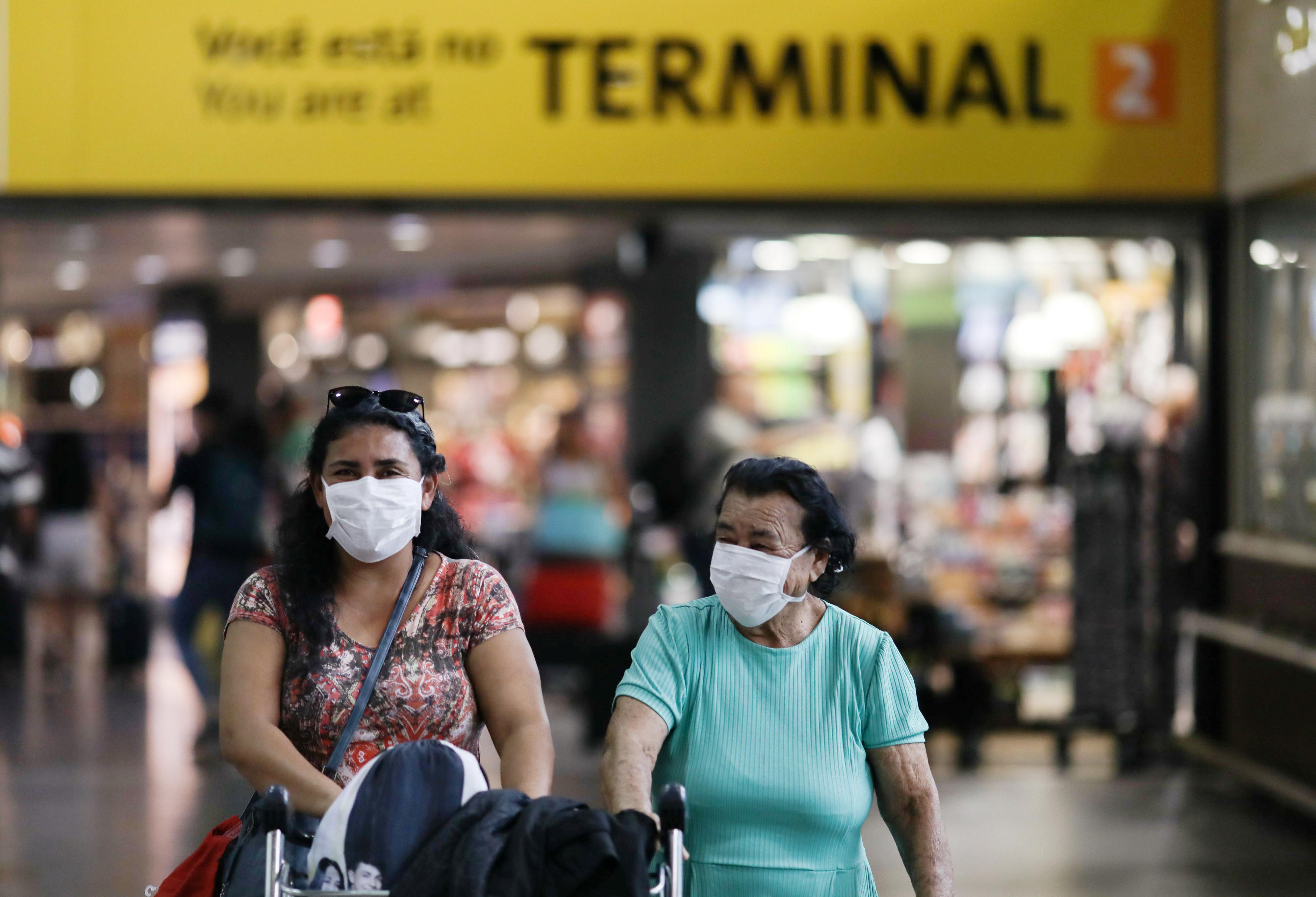 Passageiras usam máscara protetora no Aeroporto de Guarulhos