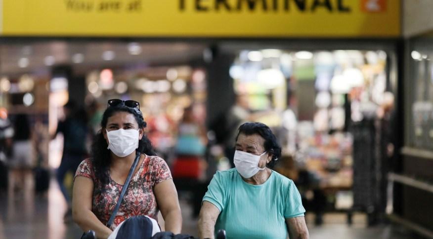 Passageiras usam máscara protetora no Aeroporto de Guarulhos, na região metropolitana de São Paulo