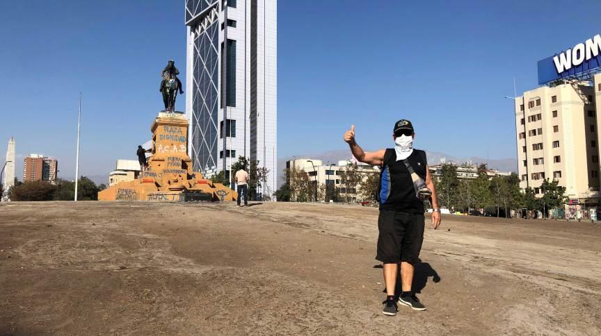 Homem usa máscara protetora em uma Plaza de la Dignidad, epicentro dos protestos no Chile, quase vazia
