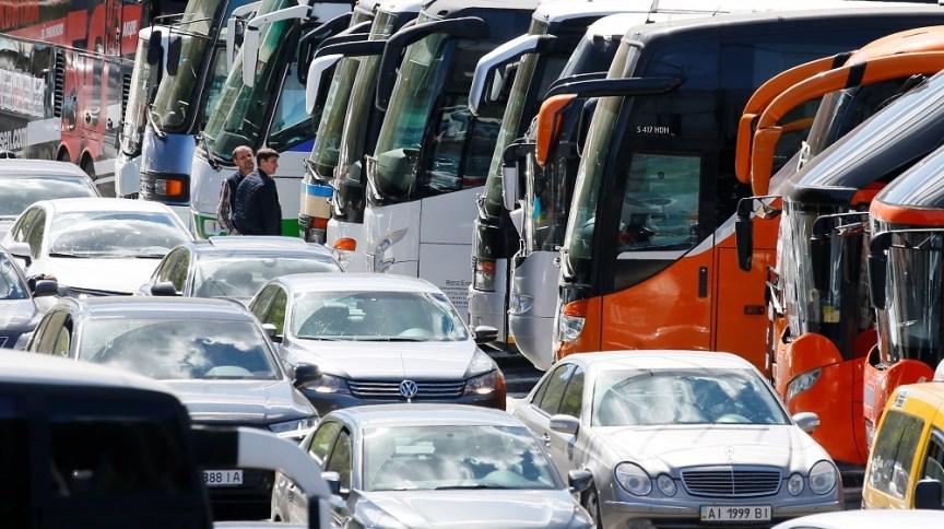 Carros e ônibus em cidade: Blablacar quer recuperar crescimento anterior à pandemia