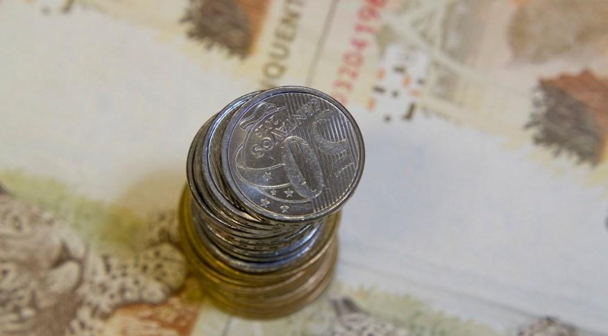 Notas e moedas de Real: estoque de crédito cresceu em outubro, segundo BC