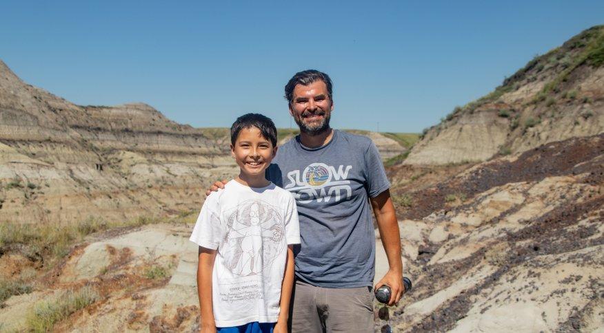 Nathan e seu pai, Dion, encontraram fósseis de dinossauro próximos a uma pedra em cânion no oeste do Canadá