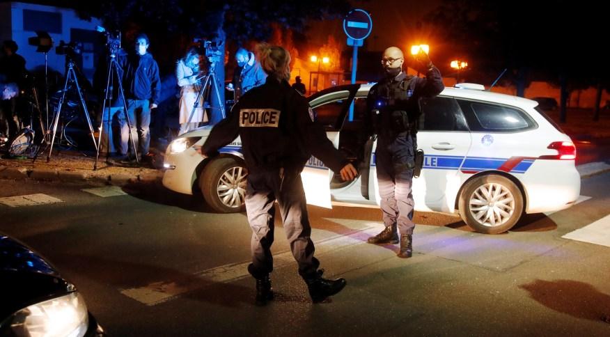 Policiais franceses patrulham área de Conflans Sainte-Honorine, subúrbio do Paris, próximo ao local de ataque a professor